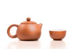 Tazze di tè con la teiera isolata su fondo bianco Fotografie Stock Libere da Diritti