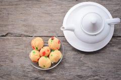 Tazze di tè con le uova di Candy Fotografie Stock