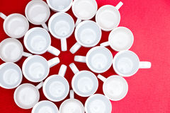 Tazze di tè e del caffè in un modello di fiore Immagini Stock