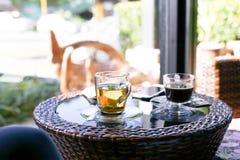 Tazze di tè e tazze di caffè sulla tavola Fotografia Stock