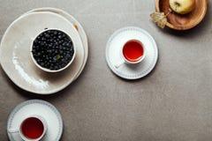 Tazze di tè ed ingredienti di riempimento della torta Immagini Stock Libere da Diritti
