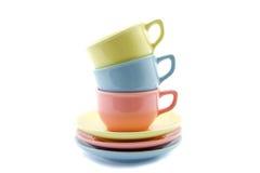 Tazze di tè impilate in giallo, in blu e nel rosa Fotografia Stock