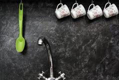 Tazze di tè sulla parete della cucina Fotografia Stock