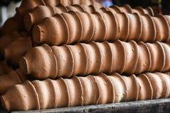 Tazze di tè di terra naturali indiane dell'argilla sistemate nelle file immagini stock libere da diritti