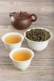 Tazze di tè verde e delle foglie immagine stock