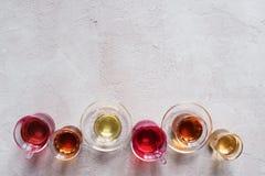 Tazze di vetro con i vari tipi di tè Immagine Stock