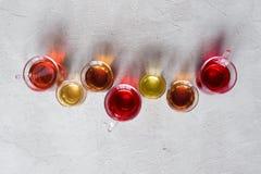 Tazze di vetro con i vari tipi di tè Fotografia Stock
