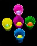 Tazze differenti ed uova colorate pronte per Pasqua Fotografia Stock Libera da Diritti