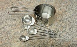 Tazze e cucchiai di misurazione d'acciaio Fotografia Stock Libera da Diritti