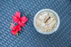Tazze e fiore di caffè sulla tavola Fotografia Stock