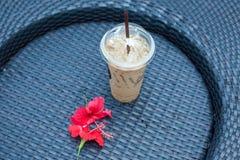 Tazze e fiore di caffè sulla tavola Fotografie Stock Libere da Diritti