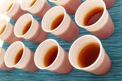 Tazze eliminabili con tè Fotografia Stock