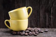 2 tazze gialle del caffè espresso Fotografie Stock