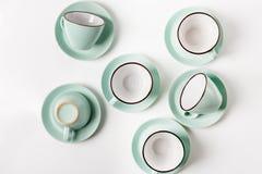 Tazze pulite dei piatti, del caffè o di tè messe Immagini Stock