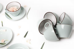 Tazze pulite dei piatti, del caffè o di tè messe Fotografia Stock Libera da Diritti