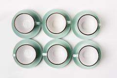 Tazze pulite dei piatti, del caffè o di tè messe Immagini Stock Libere da Diritti