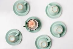 Tazze pulite dei piatti, del caffè o di tè messe Immagine Stock