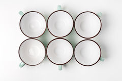 Tazze pulite dei piatti, del caffè o di tè messe Fotografia Stock