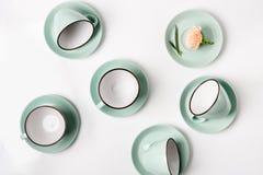 Tazze pulite dei piatti, del caffè o di tè messe Immagine Stock Libera da Diritti