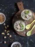 Tazze sane del frullato con gli ingredienti alimentari eccellenti Su una priorità bassa scura Immagine Stock