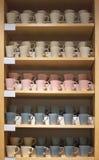 Tazze sugli scaffali nella finestra del negozio fotografia stock libera da diritti