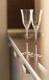 Tazze sulla tabella in cucina moderna Fotografia Stock Libera da Diritti