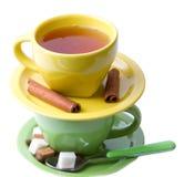 Tazze verdi e gialle di tè, cannella Fotografie Stock Libere da Diritti