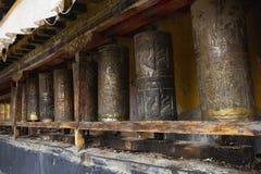 Tíbet: ruedas de rezo tibetanas Fotografía de archivo