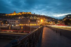 13 04 2018 Tbilisi, Γεωργία - άποψη νύχτας του Tbilisi, ο φωτεινός Στοκ φωτογραφίες με δικαίωμα ελεύθερης χρήσης