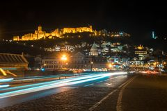 13 04 2018 Tbilisi, Γεωργία - άποψη νύχτας του Tbilisi, ο φωτεινός Στοκ φωτογραφία με δικαίωμα ελεύθερης χρήσης