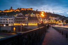 13 04 2018 Tbilisi, Γεωργία - άποψη νύχτας του Tbilisi, ο φωτεινός Στοκ Εικόνες