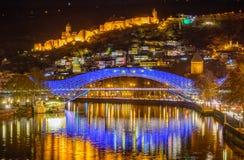 Tbilisi, Γεωργία, η παλαιές πόλη και η γέφυρα της Ευρώπης τη νύχτα στοκ εικόνα