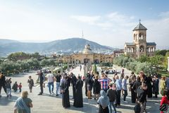 Tbilisi, Γεωργία - τον Οκτώβριο του 2018: άνθρωποι στο έδαφος του ιερού καθεδρικού ναού τριάδας γνωστού συνήθως ως Sameba στοκ φωτογραφία με δικαίωμα ελεύθερης χρήσης
