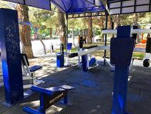 TBILISI, ΓΕΩΡΓΙΑ 17 ΜΑΐΟΥ 2018: Εξοπλισμός άσκησης σε ένα δημόσιο πάρκο στο Tbilisi, Γεωργία Στοκ φωτογραφίες με δικαίωμα ελεύθερης χρήσης