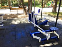 TBILISI, ΓΕΩΡΓΙΑ 17 ΜΑΐΟΥ 2018: Εξοπλισμός άσκησης σε ένα δημόσιο πάρκο στο Tbilisi, Γεωργία Στοκ φωτογραφία με δικαίωμα ελεύθερης χρήσης