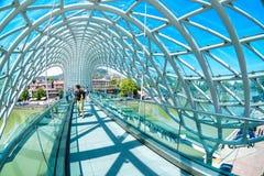 TBILISI, ΓΕΩΡΓΙΑ - 26, τον Ιούλιο του 2017: Η γέφυρα της ειρήνης είναι πιό pedest στοκ φωτογραφία με δικαίωμα ελεύθερης χρήσης