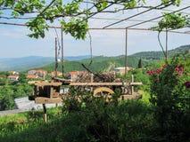 Στάμνα αργίλου και ξύλινη σύνθεση ροδών, Tbilisi, Γεωργία στοκ φωτογραφία