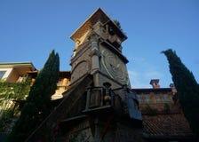 Tbilisi che pende la torre di orologio rustica immagine stock