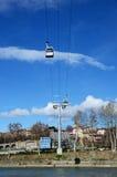 Tbilisi funicolare - ventili la teleferica contro il cielo blu Fotografia Stock