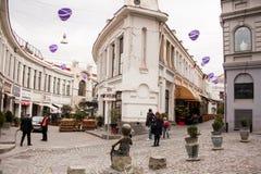 TBILISI, GEÓRGIA - 19 DE FEVEREIRO DE 2016: A rua bonita do turista, completas dos cafés e dos restaurantes com pátios exteriores Fotografia de Stock