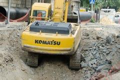 TBILISI, GEÓRGIA - 19 DE JULHO DE 2017: A máquina escavadora amarela sae do poço Fotos de Stock Royalty Free