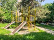 TBILISI, GEÓRGIA - - 17 DE MAIO DE 2018: Campo de jogos do ` s das crianças para jogos Construção do ferro no pátio Imagens de Stock Royalty Free
