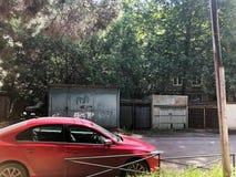 TBILISI, GEÓRGIA 17 DE MAIO DE 2018: Carro vermelho na jarda da cidade em Tbilisi, Geórgia Fotografia de Stock