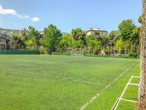 TBILISI, GEÓRGIA - - 17 DE MAIO DE 2018: Estádio de futebol entre construções residenciais Primavera na cidade Fotografia de Stock