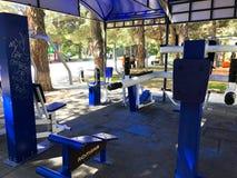 TBILISI, GEÓRGIA 17 DE MAIO DE 2018: Exercite o equipamento em um parque público em Tbilisi, Geórgia Fotos de Stock Royalty Free