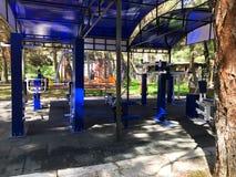 TBILISI, GEÓRGIA 17 DE MAIO DE 2018: Exercite o equipamento em um parque público em Tbilisi, Geórgia Foto de Stock