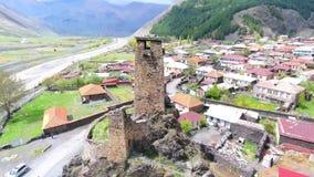 Tbilisi, Geórgia - 26 de maio de 2018: Metragem aérea em Mestia, Geórgia Torres históricas antigas de Svaneti entre a moradia vídeos de arquivo