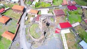 Tbilisi, Geórgia - 26 de maio de 2018: Metragem aérea em Mestia v01, Geórgia Torres históricas antigas de Svaneti entre a moradia vídeos de arquivo