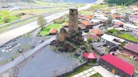 Tbilisi, Geórgia - 26 de maio de 2018: Metragem aérea em Mestia v01, Geórgia Torres históricas antigas de Svaneti entre a moradia filme