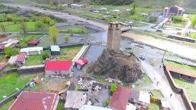 Tbilisi, Geórgia - 26 de maio de 2018: Metragem aérea em Mestia v01, Geórgia Torres históricas antigas de Svaneti entre a moradia video estoque